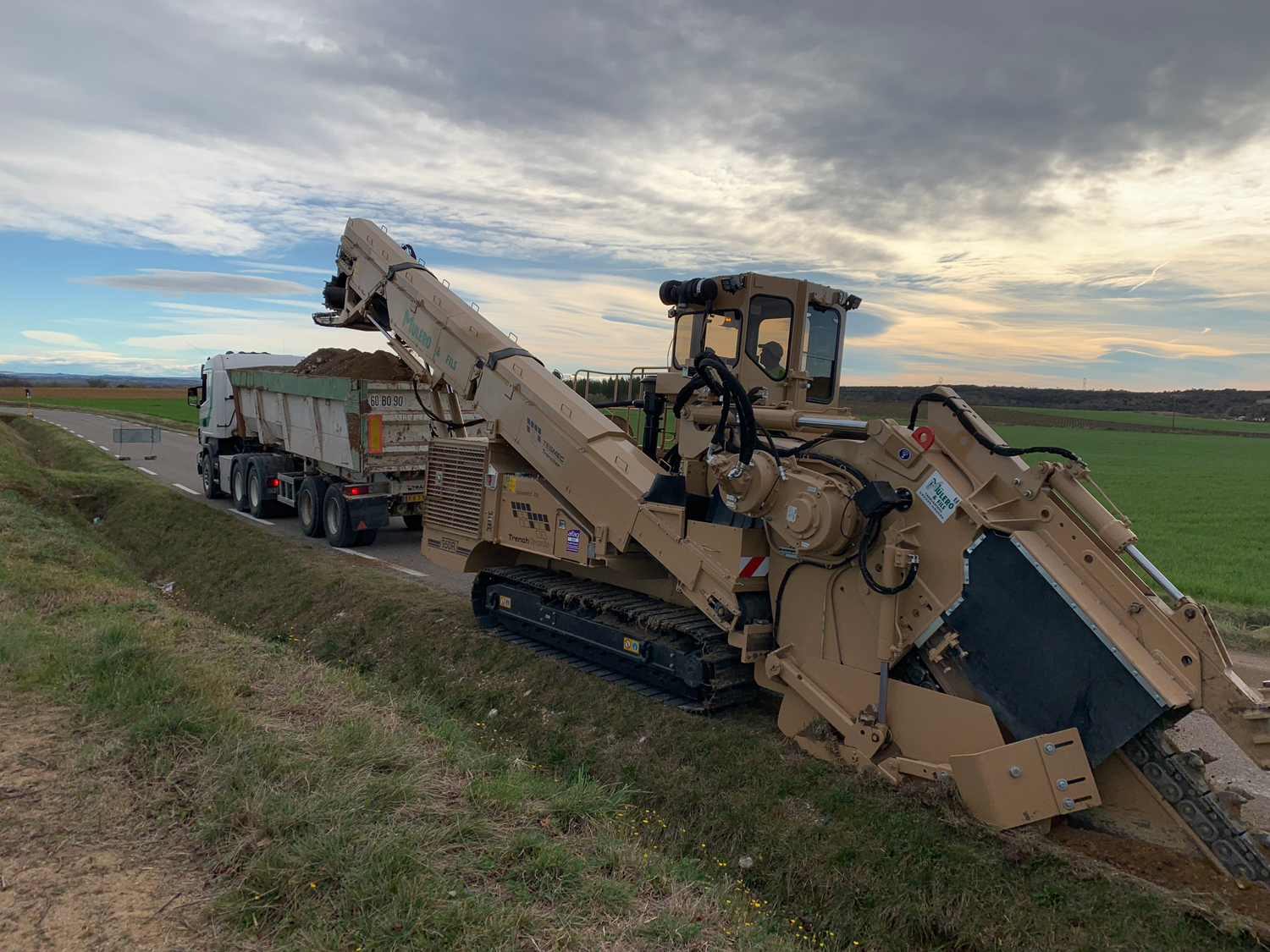 950R Compact-sized trencher with truck loading conveyor Tesmec